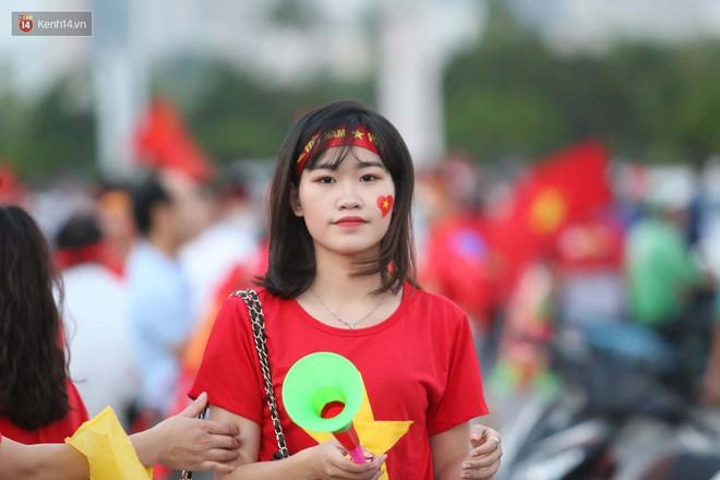 Loạt fan girl xinh xắn chiếm sóng tại Mỹ Đình trước trận bán kết Việt Nam - Philippines - Ảnh 2.