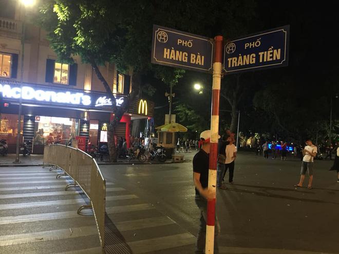 Cổ động viên vỡ òa sau chiến thắng của đội tuyển Việt Nam - Ảnh 29.