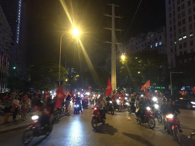 Cổ động viên vỡ òa sau chiến thắng của đội tuyển Việt Nam - Ảnh 6.