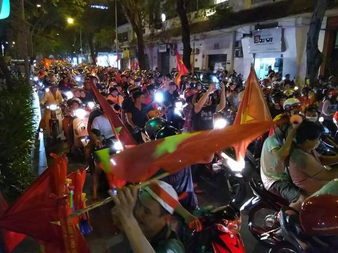 Cổ động viên vỡ òa sau chiến thắng của đội tuyển Việt Nam - Ảnh 17.