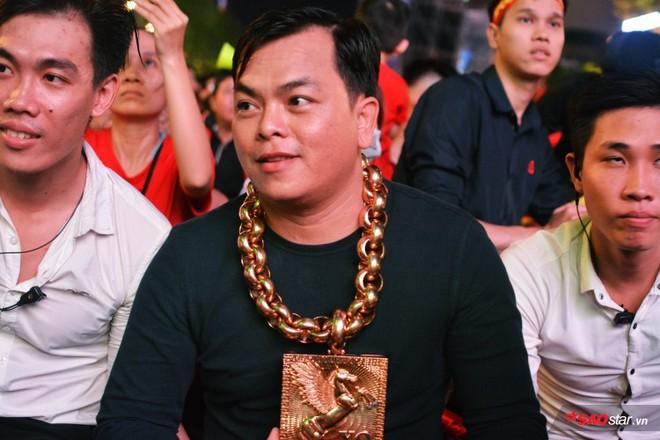 Đại gia đeo 13 ký vàng trị giá 13 tỷ ra phố đi bộ, ngồi đất cổ vũ cho đội tuyển Việt Nam trước Philippines - Ảnh 1.