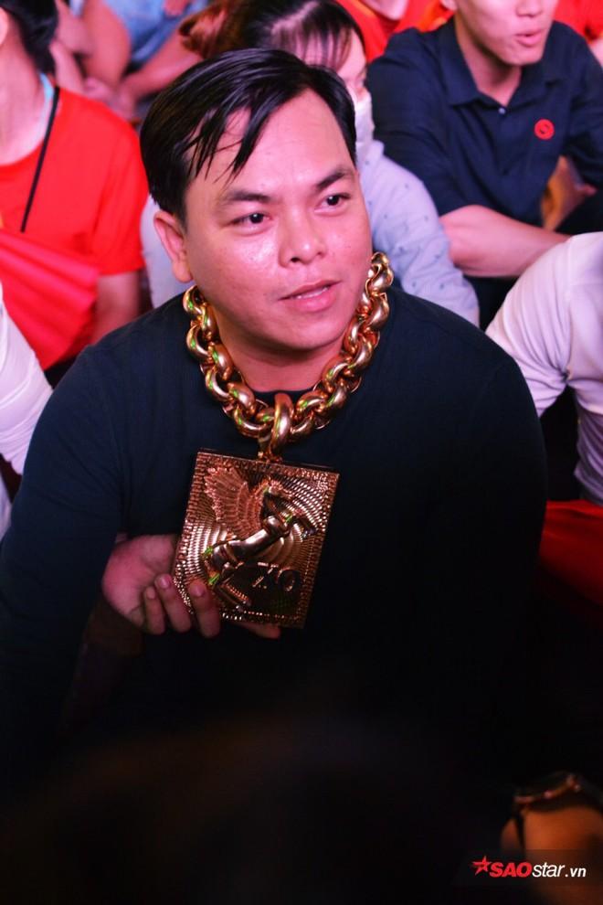 Đại gia đeo 13 ký vàng trị giá 13 tỷ ra phố đi bộ, ngồi đất cổ vũ cho đội tuyển Việt Nam trước Philippines - Ảnh 2.