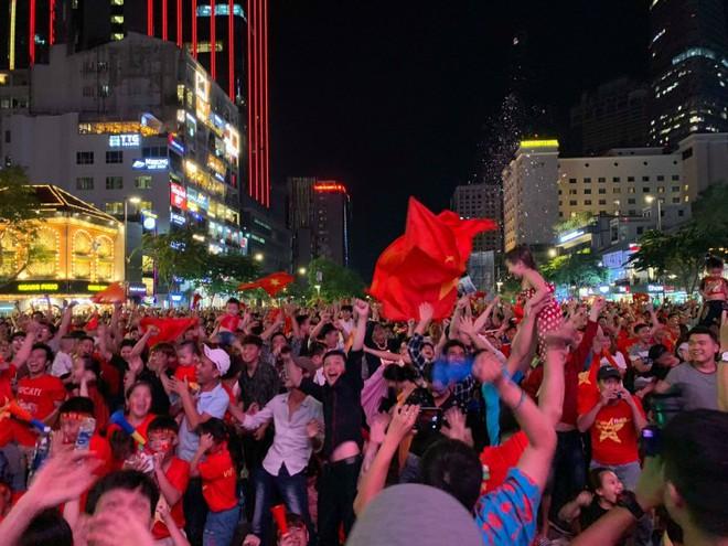 Hành động đẹp nhất đêm nay: Bạn trẻ Sài Gòn nán lại dọn rác phố đi bộ sau khi đội tuyển Việt Nam vỡ oà chiến thắng - Ảnh 1.