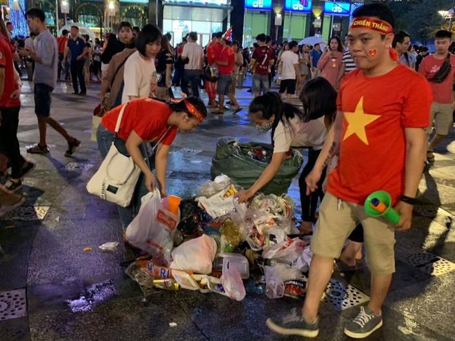 Hành động đẹp nhất đêm nay: Bạn trẻ Sài Gòn nán lại dọn rác phố đi bộ sau khi đội tuyển Việt Nam vỡ oà chiến thắng - Ảnh 2.