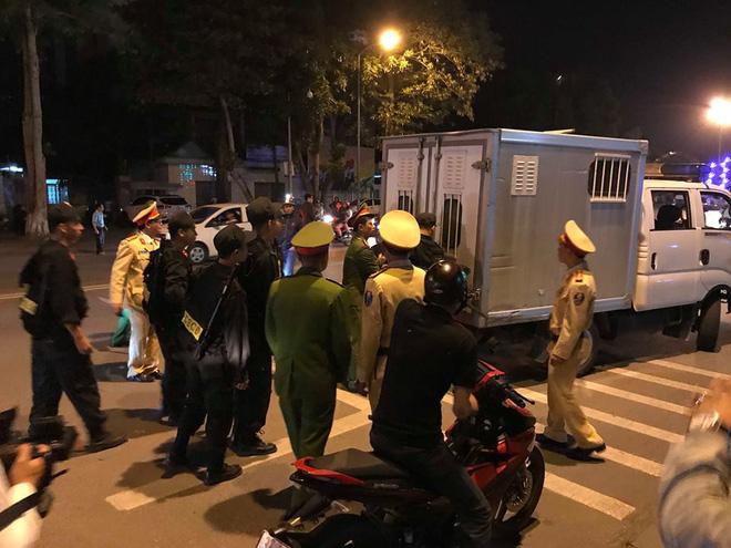 Cổ động viên vỡ òa sau chiến thắng của đội tuyển Việt Nam - Ảnh 27.