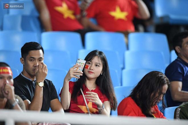 Loạt fan girl xinh xắn chiếm sóng tại Mỹ Đình trước trận bán kết Việt Nam - Philippines - Ảnh 19.