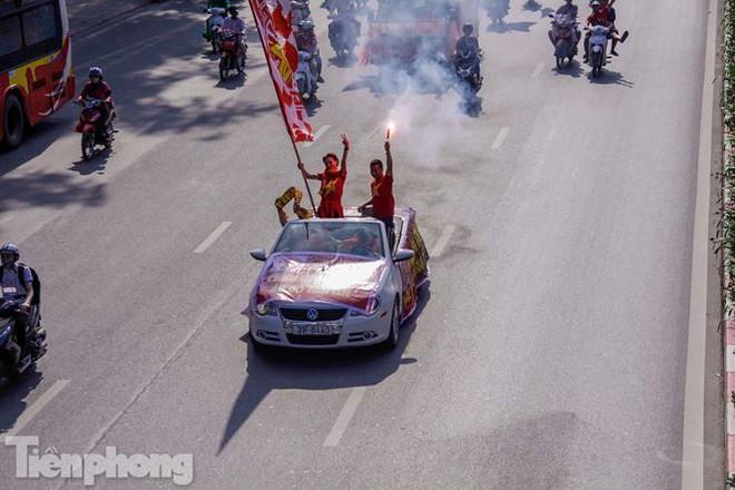 CĐV đốt pháo sáng, diễu hành trước trận Việt Nam - Philippines - Ảnh 4.