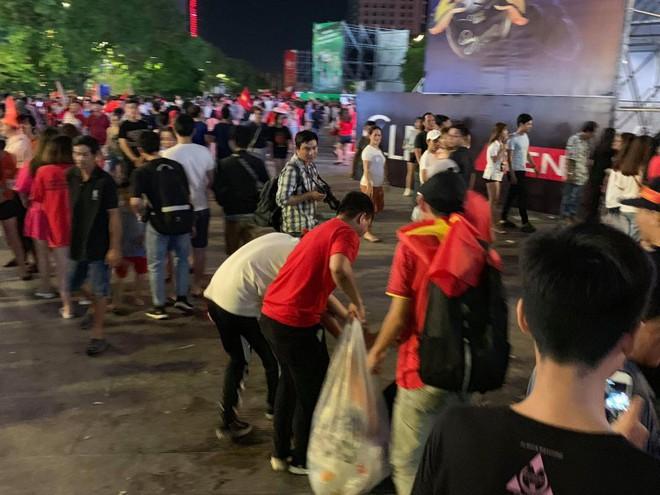Hành động đẹp nhất đêm nay: Bạn trẻ Sài Gòn nán lại dọn rác phố đi bộ sau khi đội tuyển Việt Nam vỡ oà chiến thắng - Ảnh 3.