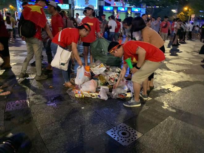 Hành động đẹp nhất đêm nay: Bạn trẻ Sài Gòn nán lại dọn rác phố đi bộ sau khi đội tuyển Việt Nam vỡ oà chiến thắng - Ảnh 4.