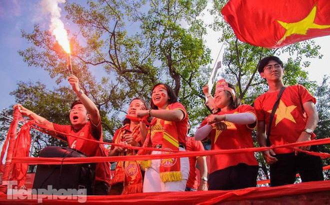 CĐV đốt pháo sáng, diễu hành trước trận Việt Nam - Philippines
