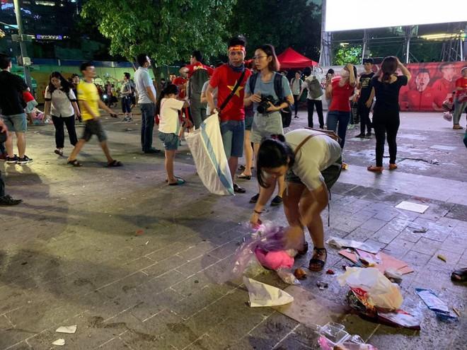 Hành động đẹp nhất đêm nay: Bạn trẻ Sài Gòn nán lại dọn rác phố đi bộ sau khi đội tuyển Việt Nam vỡ oà chiến thắng - Ảnh 5.