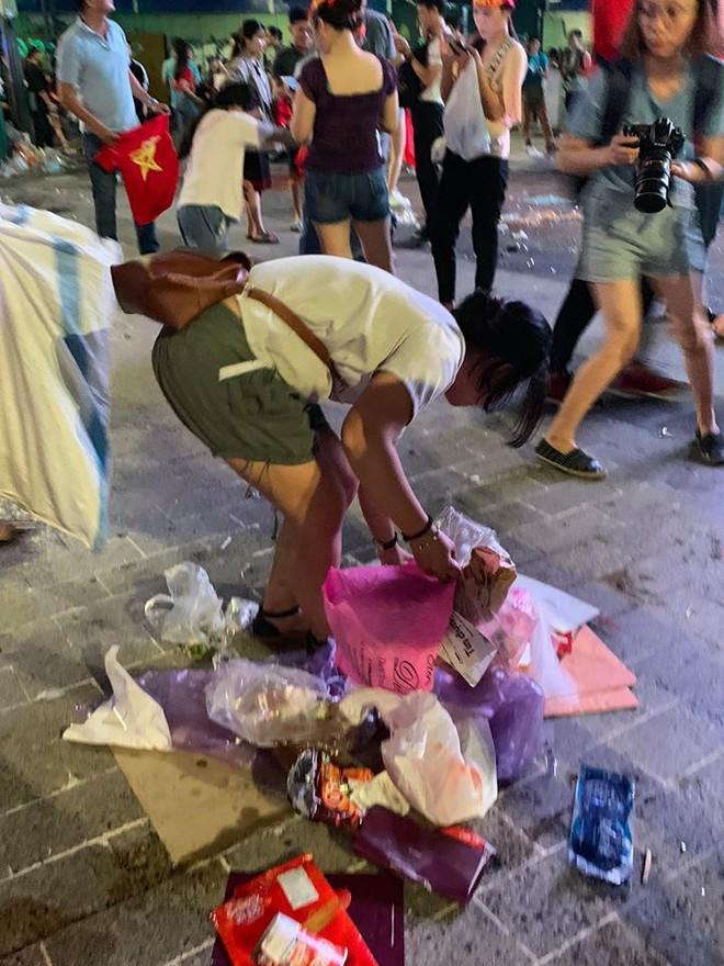 Hành động đẹp nhất đêm nay: Bạn trẻ Sài Gòn nán lại dọn rác phố đi bộ sau khi đội tuyển Việt Nam vỡ oà chiến thắng - Ảnh 6.