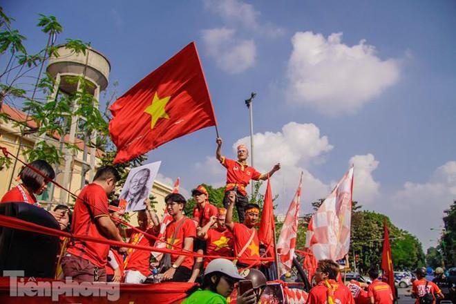 CĐV đốt pháo sáng, diễu hành trước trận Việt Nam - Philippines - Ảnh 8.