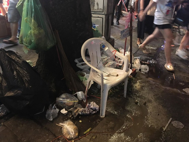 Hành động đẹp nhất đêm nay: Bạn trẻ Sài Gòn nán lại dọn rác phố đi bộ sau khi đội tuyển Việt Nam vỡ oà chiến thắng - Ảnh 7.