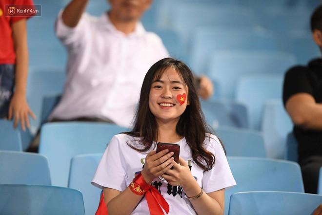Loạt fan girl xinh xắn chiếm sóng tại Mỹ Đình trước trận bán kết Việt Nam - Philippines - Ảnh 8.