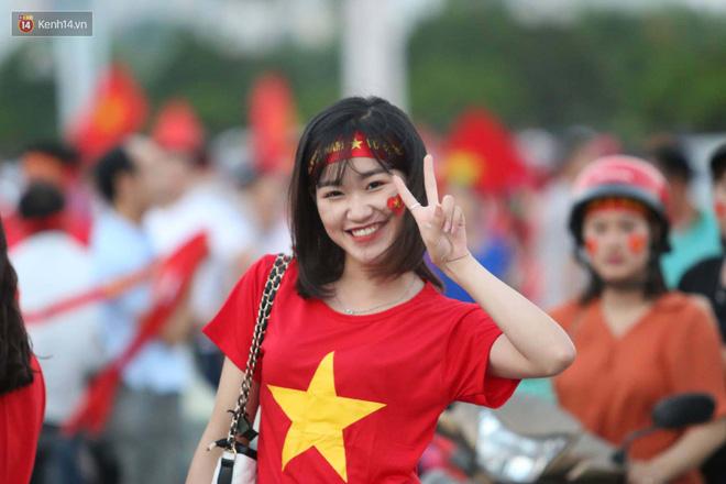 Loạt fan girl xinh xắn chiếm sóng tại Mỹ Đình trước trận bán kết Việt Nam - Philippines - Ảnh 9.
