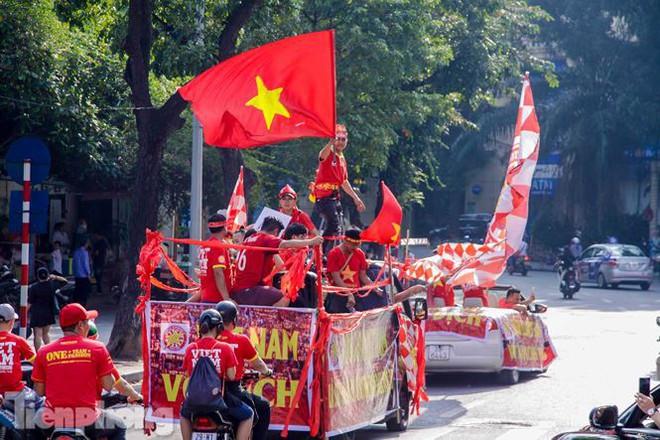 CĐV đốt pháo sáng, diễu hành trước trận Việt Nam - Philippines - Ảnh 11.