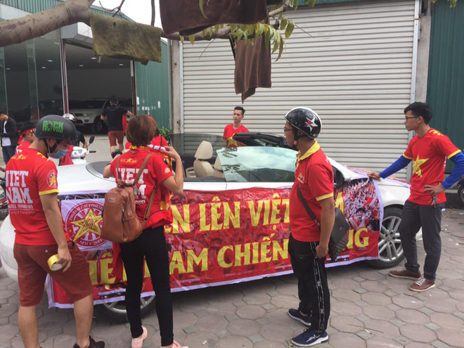 Cổ động viên lái siêu xe mui trần diễu hành quanh hồ Hoàn Kiếm trước trận bán kết - Ảnh 2.