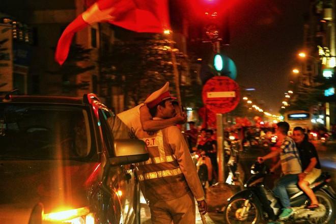 Trong đêm đi bão, CĐV nhoài người qua cửa ô tô hôn chiến sỹ CSGT - khoảnh khắc đáng nhớ - Ảnh 1.