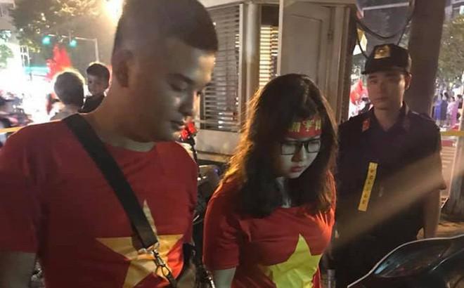 Cặp đôi 9X táo tợn vận chuyển pháo nổ trên phố Hà Nội sau trận Việt Nam – Philippines