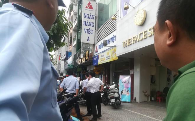 Thanh niên dùng súng xông vào ngân hàng ở Sài Gòn cướp tiền