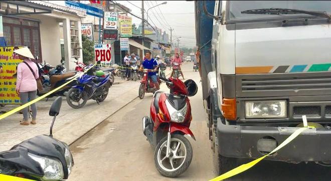 Bé gái 12 tuổi lái xe máy bị xe tải cán chết trên đường đi học về nhà - Ảnh 1.