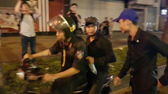 CSGT xử lý gần 80 người đi bão ở trung tâm Sài Gòn sau trận bán kết Việt Nam - Philippines  - Ảnh 1.