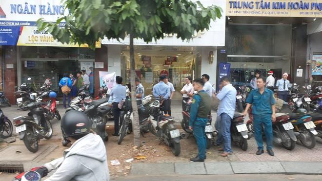 Vụ thanh niên cầm súng cướp ngân hàng ở Sài Gòn: Nghi có một cô gái là đồng phạm - Ảnh 1.