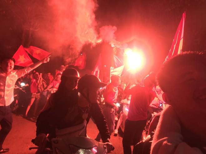 Xem lại màn pháo hoa sáng rực trời Hà Nội trong đêm ăn mừng chiến thắng của đội tuyển VN - Ảnh 1.