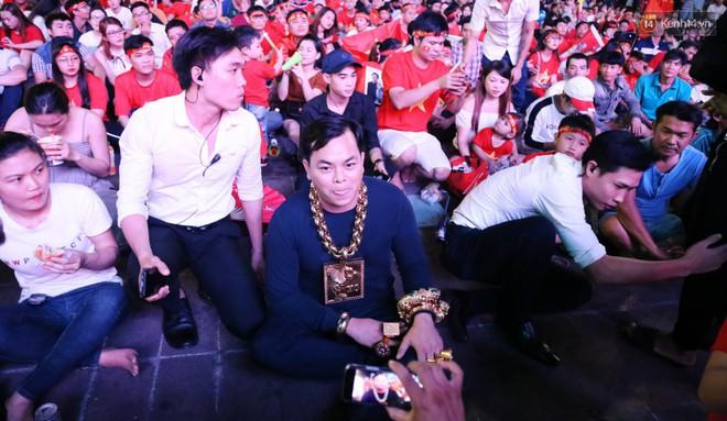 """""""Đại gia"""" ở phố đi bộ Nguyễn Huệ chia sẻ lý do đeo 13kg vàng trong lúc cổ vũ đội tuyển Việt Nam: Nghe theo thầy phong thủy phán - Ảnh 2."""