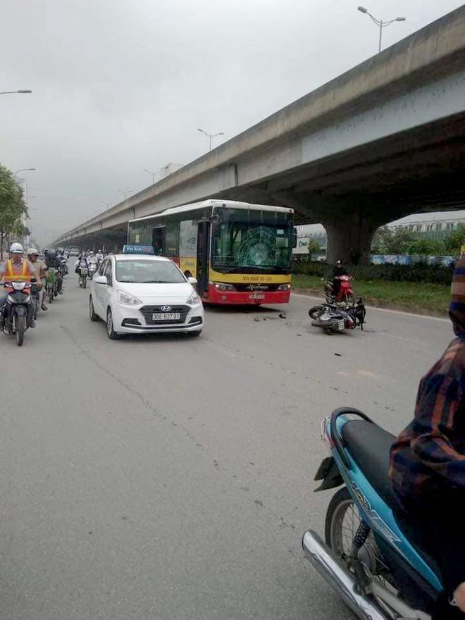Xe máy phóng ngược chiều tông vỡ kính xe buýt, nam thanh niên thiệt mạng ở Hà Nội - Ảnh 1.