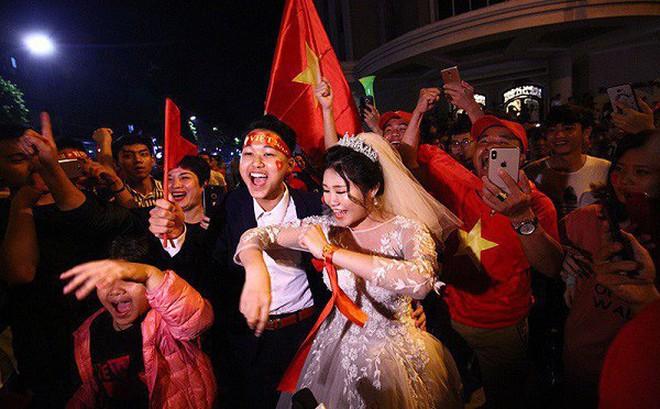 """Cặp đôi hot nhất đêm qua bật mí nhiều chi tiết gây sốc gắn liền với những lần đi """"bão"""" mừng đội tuyển Việt Nam"""