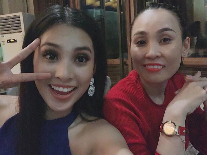 Mẹ Tiểu Vy sang Trung Quốc cổ vũ con gái trong đêm chung kết Hoa hậu Thế giới 2018 - Ảnh 1.