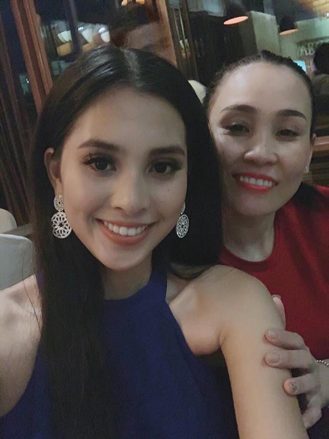 Mẹ Tiểu Vy sang Trung Quốc cổ vũ con gái trong đêm chung kết Hoa hậu Thế giới 2018 - Ảnh 2.