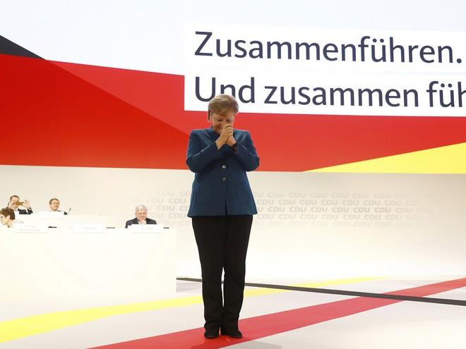 Thời khắc huy hoàng của Thủ tướng Merkel: Cả khán phòng đồng loạt đứng dậy, vỗ tay rền vang trong 8 phút - Ảnh 1.