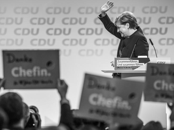 Thời khắc huy hoàng của Thủ tướng Merkel: Cả khán phòng đồng loạt đứng dậy, vỗ tay rền vang trong 8 phút - Ảnh 2.
