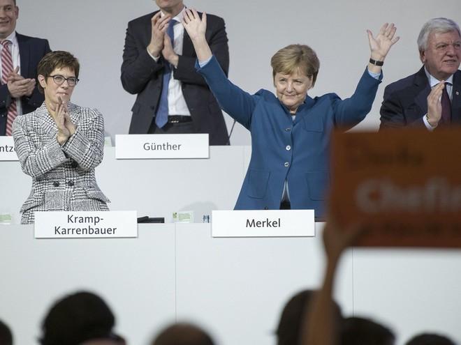 Thời khắc huy hoàng của Thủ tướng Merkel: Cả khán phòng đồng loạt đứng dậy, vỗ tay rền vang trong 8 phút - Ảnh 3.