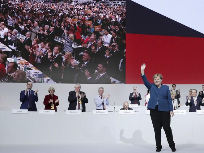 Thời khắc huy hoàng của Thủ tướng Merkel: Cả khán phòng đồng loạt đứng dậy, vỗ tay rền vang trong 8 phút - Ảnh 4.