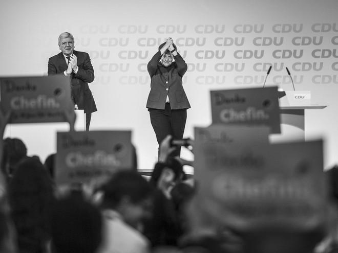 Thời khắc huy hoàng của Thủ tướng Merkel: Cả khán phòng đồng loạt đứng dậy, vỗ tay rền vang trong 8 phút - Ảnh 5.