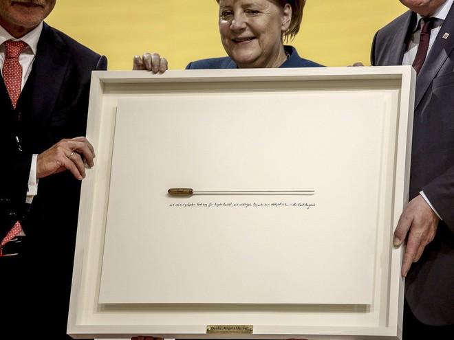 Thời khắc huy hoàng của Thủ tướng Merkel: Cả khán phòng đồng loạt đứng dậy, vỗ tay rền vang trong 8 phút - Ảnh 9.