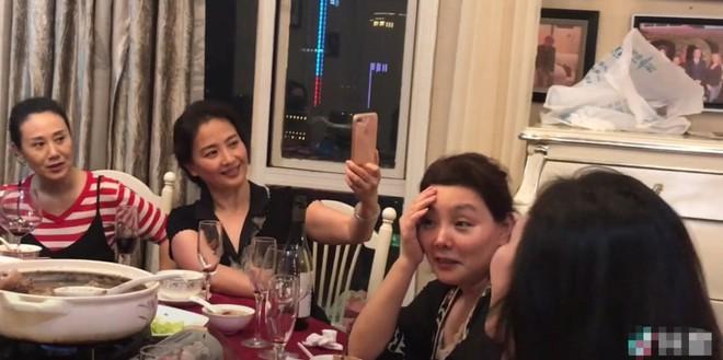 Nhan sắc lão hoá ngược của mẹ Lưu Diệc Phi: U60 mà vẫn đẹp khó tin, khiến netizen tranh nhau nhận làm mẹ vợ - Ảnh 1.