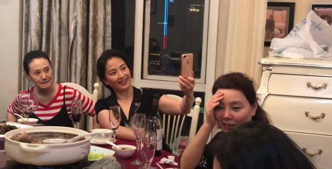 Nhan sắc lão hoá ngược của mẹ Lưu Diệc Phi: U60 mà vẫn đẹp khó tin, khiến netizen tranh nhau nhận làm mẹ vợ - Ảnh 2.