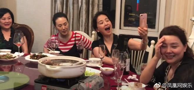 Nhan sắc lão hoá ngược của mẹ Lưu Diệc Phi: U60 mà vẫn đẹp khó tin, khiến netizen tranh nhau nhận làm mẹ vợ - Ảnh 4.