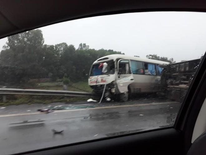 Hiện trường vụ tai nạn khiến cả mạng xã hội xôn xao sáng chủ nhật  - Ảnh 2.