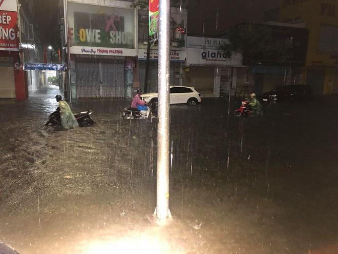 Giữa trận mưa lớn ở Đà Nẵng, hành động của chiến sỹ CSGT được người dân quay lại, gây xôn xao - ảnh 2