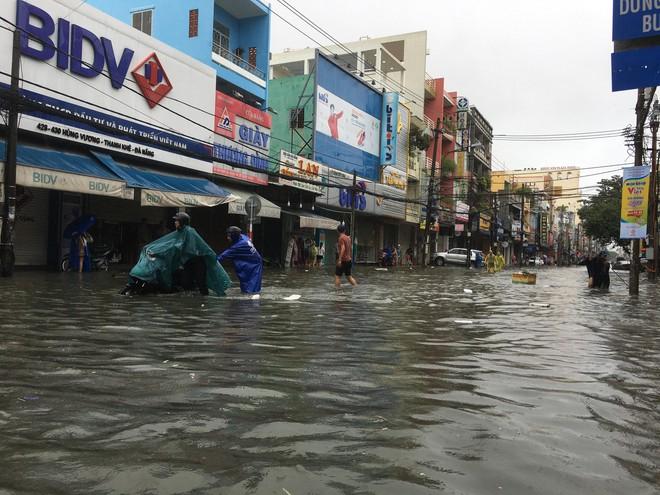 24 giờ Đà Nẵng hỗn loạn trong mưa ngập - Ảnh 1.