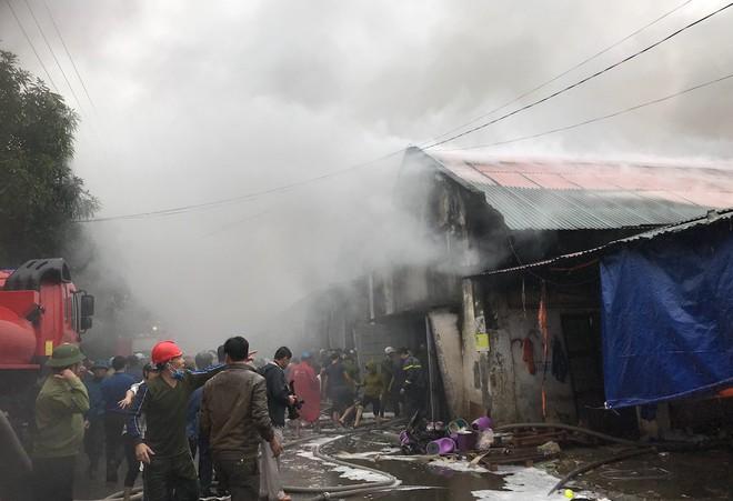Cháy kinh hoàng ở chợ Vinh, hàng nghìn người và công an mướt mồ hôi cứu hàng - Ảnh 14.