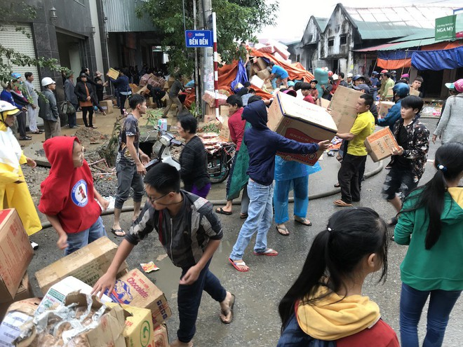 Cháy kinh hoàng ở chợ Vinh, hàng nghìn người và công an mướt mồ hôi cứu hàng - Ảnh 13.