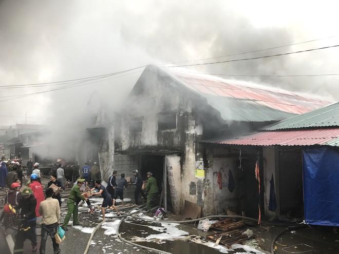Cháy kinh hoàng ở chợ Vinh, hàng nghìn người và công an mướt mồ hôi cứu hàng - Ảnh 15.
