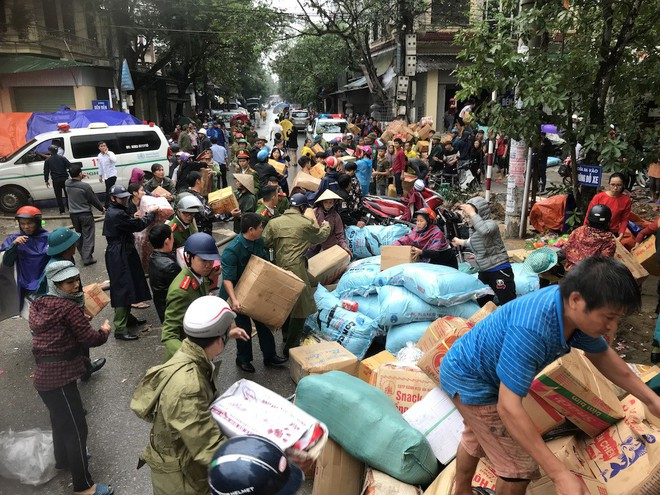 Cháy kinh hoàng ở chợ Vinh, hàng nghìn người và công an mướt mồ hôi cứu hàng - Ảnh 11.